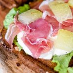 Toast met rauwe ham, meloen en mozzarella